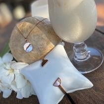 Les cocktails et bijoux SF en acier, un mélange délicieux!   Parure en acier or rose et nacre❤️☀️💎 🛒🛍Achetez en ligne ou sur place à la boutique. Infos dans bio.  www.saintefoy-bijoux.fr #saintefoybijoux #collieracier #collierdorerose #colliernacre #bijouxlover #summerjewelry #bijouxaddict #goldplatednecklace #goldplatedjewelry #rosegoldstainlesssteel #motherofpearljewelery #saintfoybijoux #fashiontrend #fashionjewelry #necklace #motherofpearlbangle #instadaily #instajewelry #wholesalejewelry #instabijoux #pariswholesalejewellery #grossisteenligne #frenchjewellery #bijouxfrancais #bijouxsf #sfbijoux #wholesalejewellery #motherofpearlbangle #bijouteriefantaisie #braceletnacre #bangles
