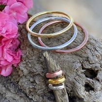 Summer bijoux by SF bijoux.  Bracelets jonc en acier tricolore et leurs anneaux assortis #bijouxsf #sfbijoux #braceletsacier #steelbangles #steelrings #braceletsjoncs #summerjewelry #bracelet #braceletlover