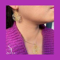 Fuscia and gold mood pour commencer le week-end. Boucles d'oreilles en plaqué or et collier assorti.  #bijouxsf #fuschia #bijouxplaquéor #goldjewellery #earrings #necklace #weekendvibes #bijouxlover #jeweleryaddict #bijouxaddict #bouclesdoreilles #colliers