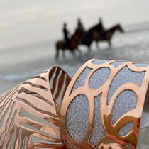 Nos manchettes sur la plage de Deauville  saintefoy-bijoux.fr #bracelets #braceletsoftheday #cuffs #manchettes #instajewelrylovers #bijouxaddict #lovejewellery #deauvillebeach #horsesonthebeach #goldplatedjewelry #bangles #frenchjewelry #bijouxsf #sfbijoux #saintefoybijoux